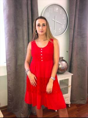 Robe rouge avec boutons